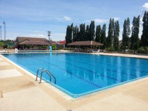Swimmingpool mit überdachten Ruhebereichen