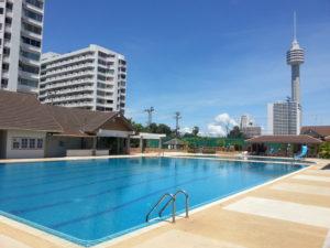 Swimmingpool mit Restaurant und Sanitärbereich