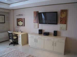 Fernseher und Schreibtisch
